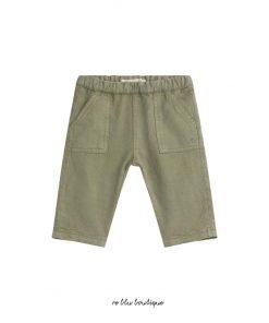 """Questi pantaloni di Bonpoint """"Thursday"""" con il suo colore kaki chiaro, rendono possibile comporre un abito elegante. Realizzato in lino, cotone e lyocell, ha una vita elasticizzata per un maggiore comfort.Dal tema """"Be Sunny"""", si abbina molto bene con una t-shirt stampata"""