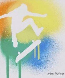 """T-shirt Il Gufo a maniche corte in jersey di cotone bianco, con stampa """"Spray Art"""" multicolor di uno skater."""
