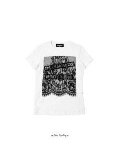 """T-shirt bianca Dsquared in jersey di cotone. Dettaglio con applicazione di un pannello frontale in pizzo con scritta """"Dsquared2 Brothers""""."""