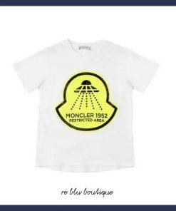 """T-shirt bianca con stampa frontale """"Navicella spaziale"""" con fondo giallo. Dettaglio di applicazione patch logo in gomma sulla manica."""