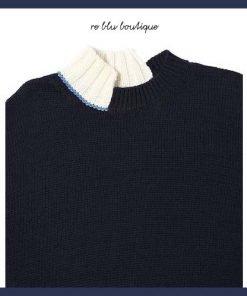Maglia blu navy asimmetrica Marni. Dettagli di colore blu e bianco a contrasto, collo, polsini e fondo a costine e collo e fondo asimmetrici.
