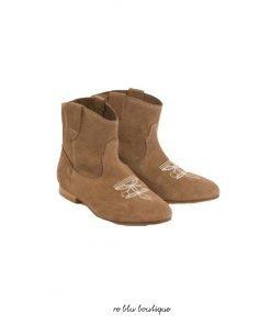 Bonpoint firma questi adorabili stivaletti texani in pelle di pralina.Facili da indossare grazie alle fascette laterali, presentano cuciture a contrasto per abbinare le suole e un motivo emblematico sulla parte superiore del piede.