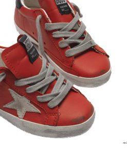 Le sneakers Golden Goose per i più piccoli sono state realizzate con cura dai nostri esperti artigiani per garantire il massimo confort e libertà di movimento. Il design delle iconiche Superstar diventa mini: qui proposte in pelle rosso ciliegia con stella ice in suede e talloncino nero
