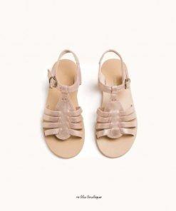 Sandali con fascette in pelle metallica di Bonpoint. Modello con punta aperta, soletta con logo, cinturino alla caviglia con fibbia e suola piatta.